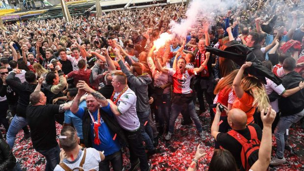 "Стадион едва не взлетел на воздух из-за разъяренных фанатов: попытка ""подрыва"" попала в объективы"