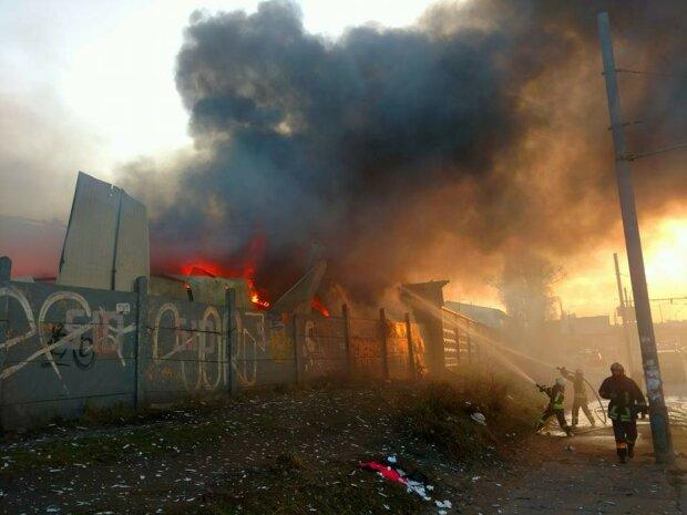 Киев окутал черный дым, пожарники мчатся со всего города: жуткое ЧП попало на видео