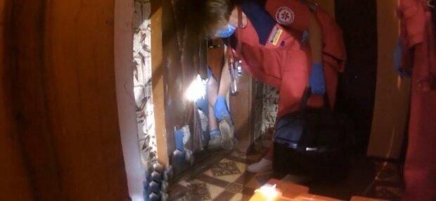 У Хмельницькому пенсіонерка перетворила квартиру на смітник і застрягла в горі мотлоху