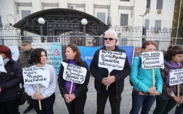 Похищения в Крыму: киевляне ищут ответы под посольством РФ