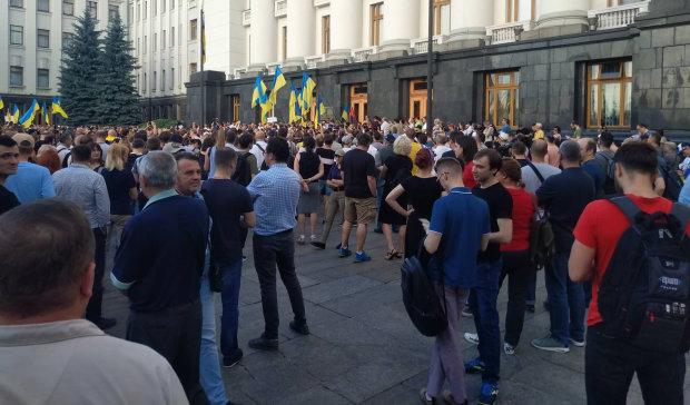 Под Администрацией Зеленского собрались сотни разъяренных людей: выдвинуты требования