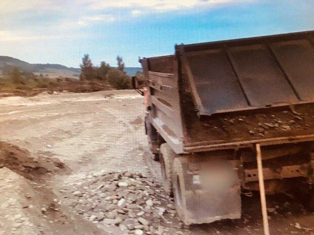 На Франковщине вместо леса начали воровать гравий - вывозят грузовиками
