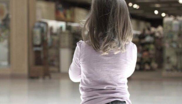 """Не пряником, а кнутом: горе-мать в Запорожье публично """"воспитывала"""" дочь, - шокирующее видео"""