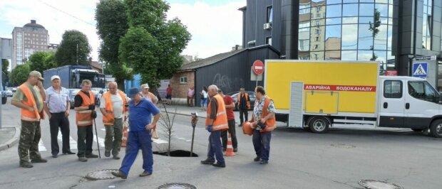 """В центре Хмельницкого открылся портал в ад, коммунальщики разводят руками: """"Возможно дожди"""""""