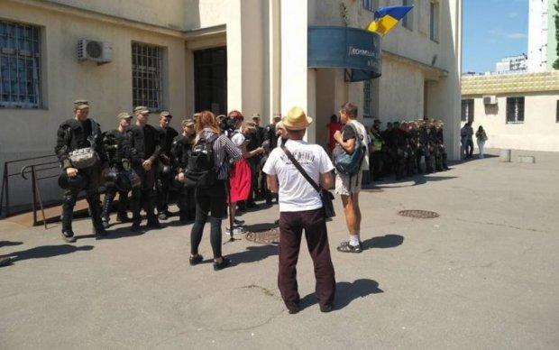 Погромы на Лесной: активистов везут в суд, к зданию подтягиваются радикалы