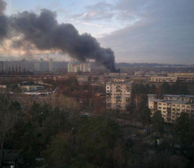 У Києві згоріла СТО (фото, відео)