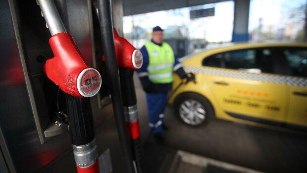 На українських АЗС здешевшало пальне: скільки заощадять водії