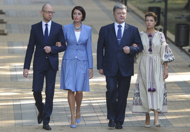 Арсеній Яценюк і Петро Порошенко з дружинами