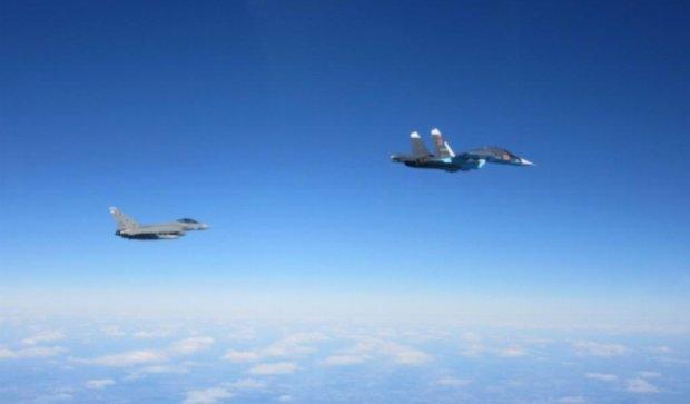 Боевые самолеты США и России разошлись в небе над Сирией