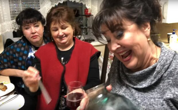 Наталя Фаліон з ″Лісапетного батальойону″ напоїла гостей своєю слив'янкою, скрін