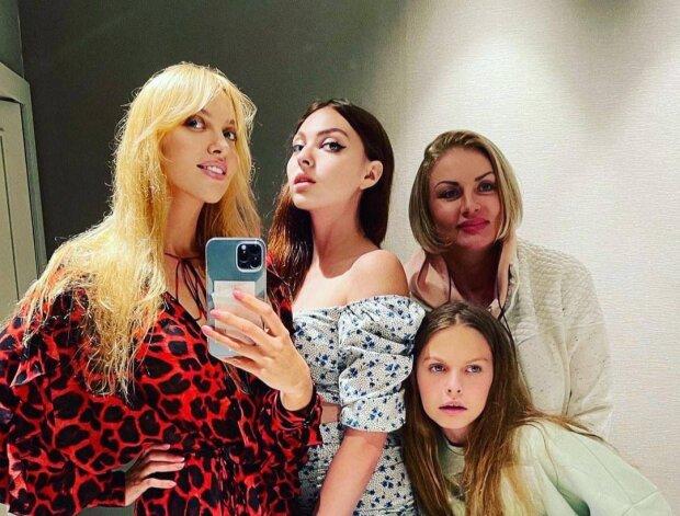 Оля Полякова з мамою і дочками / фото: Instagram