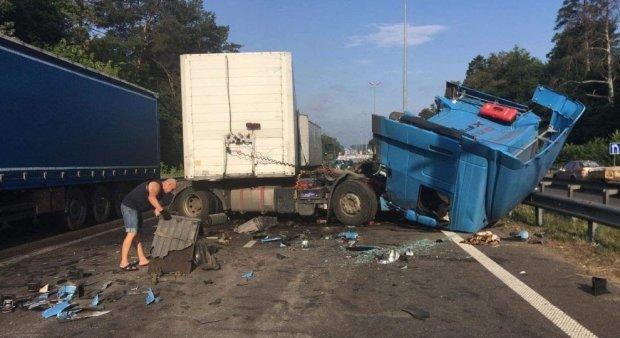 """Под Киевом столкнулись две фуры: водители """"отдыхают"""" в адских пробках"""