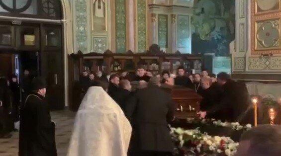 В Харькове отпели Кернеса: заплаканная семья, шикарный гроб и армия священников