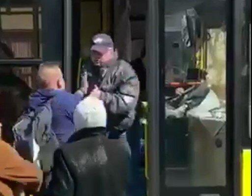 вышвырнул водителя, скриншот из видео