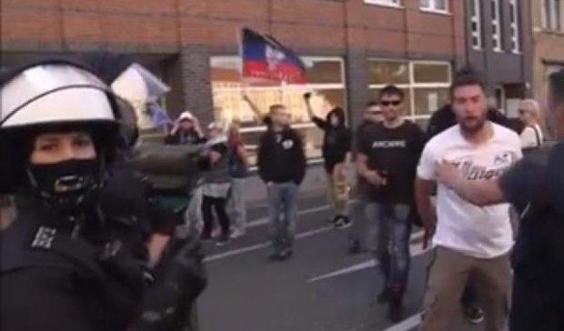 У Німеччині нацисти з прапором «ДНР» напали на поліцію (фото)