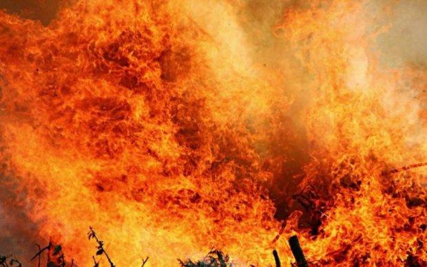 Над Києвом піднявся стовп чорного диму, з'явились перші кадри