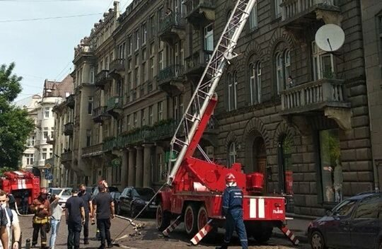 Центр Львова в дыму, люди кашляют, спасатели мчатся изо всех сил - что происходит