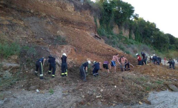 Оползень на пляже Киевщины поднял на уши все службы: спасатели пытаются спасти людей