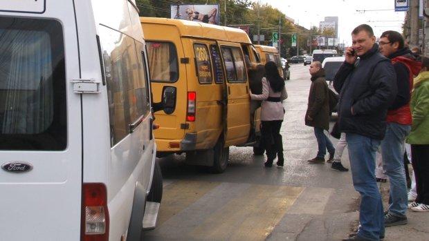 Под Киевом пассажиры молча наблюдали, как маршрутчик вышвырнул льготника: видео позора