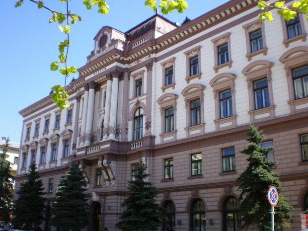 """Франківські медики купили шикарний маєток за 40 мільйонів - як і """"Межигір'я"""" Януковича"""
