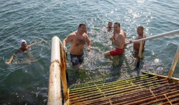 Зеленский нырнул в Черное море вместе с одесситами: ни капли пафоса, - видео купели не по-президентски