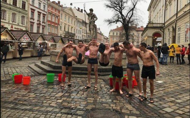 """""""Українці - гаряча нація"""": напівголі львів'яни обливалися льодяною водою у центрі міста"""
