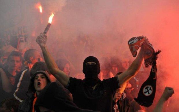 Патріотизм не в тому місці: майже сотня футбольних фанатів влаштували побоїще в Харкові