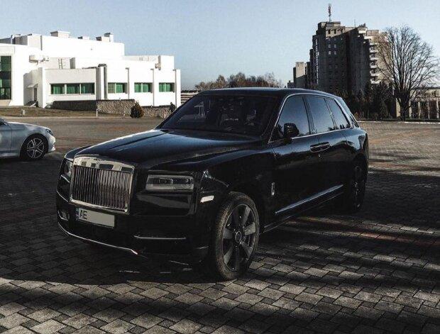 Под Львовом элитный Rolls-Royce рассекал раздолбанными дорогами: американскую мечту Трампа поймала камера