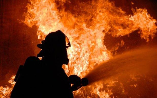 В Киеве случился пожар, есть угроза взрыва