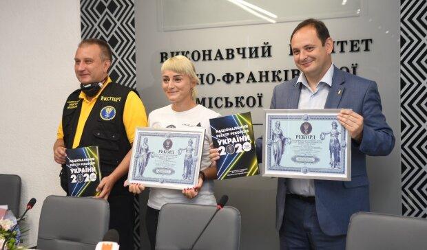 """Українка з """"Кобзарем"""" підкорила Арарат і зворушила земляків зізнанням: """"Хотіла прославити Франківськ"""""""