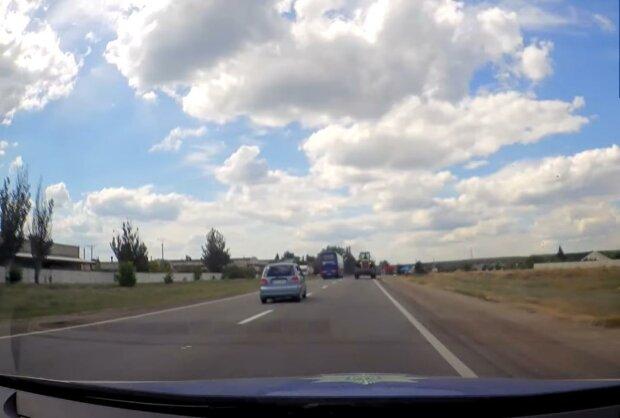 водій за кермом, скріншот з відео