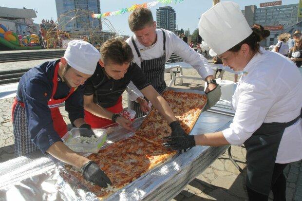 """Дніпрян у День міста нагодували рекордною піцою у """"вишиванці»"""