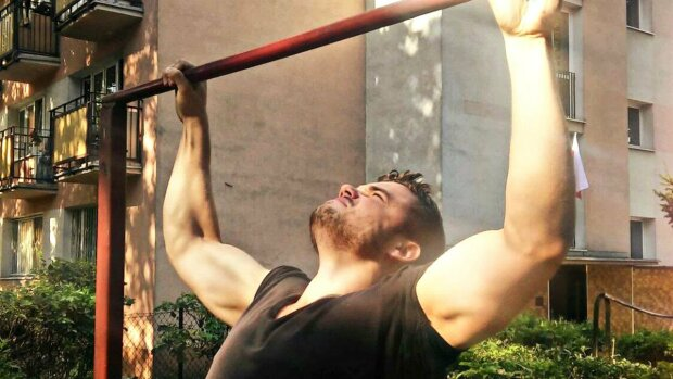 Мужчина на турнике. Скриншот из видео. YouTube