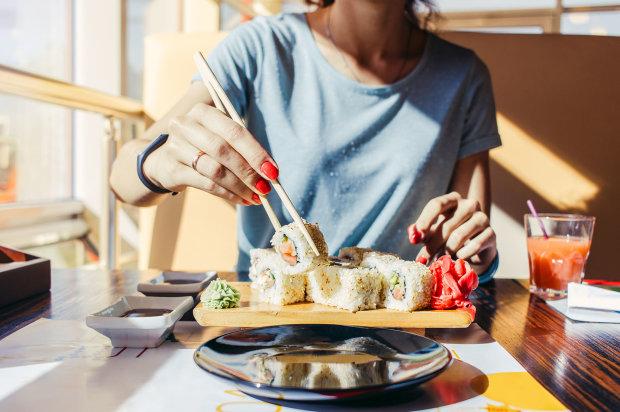 """Мерзость в тарелке на ужин: суши-бар сытно накормил клиентку - """"У нас черви везде"""""""
