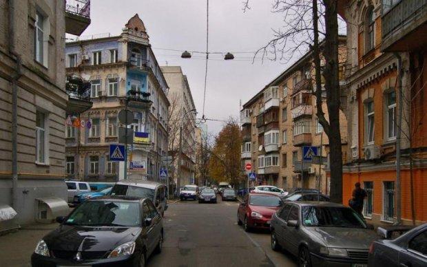 Викрадення жінки в Києві потрапило в об'єктив камери