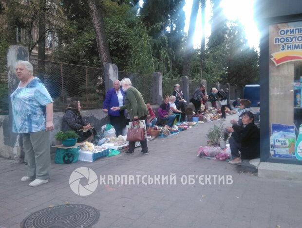 В Ужгороді біля хімічного факультету розгорнули вуличну торгівлю, фото life.ko.net.ua