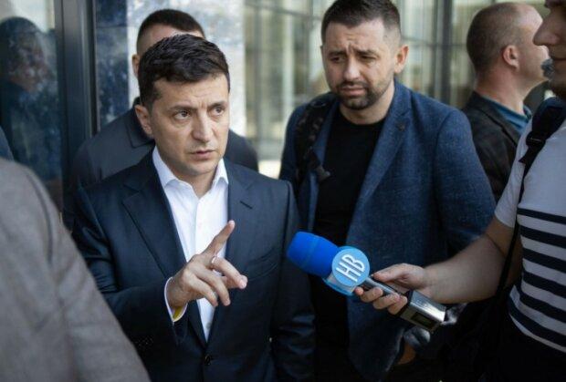 """Зеленский пообещал снизить налоги украинцам: идея оказалась """"с двойным дном"""""""