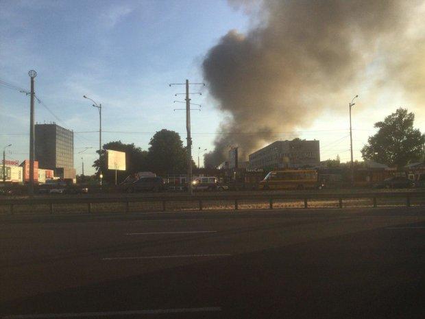 У Києві полум'я поглинуло легендарний завод: люди в паніці тікають з місця НП, пожежники не встигають гасити