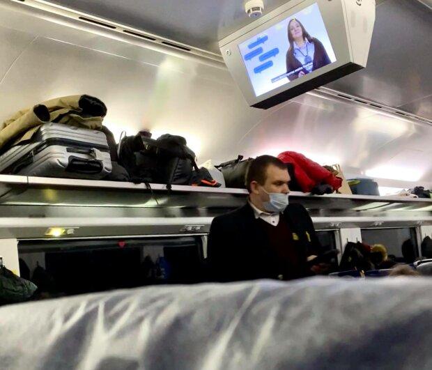 """Львів'янка показала, як порушують карантин у поїзді: """"Ніс стирчить над маскою, ні краплі совісті"""""""
