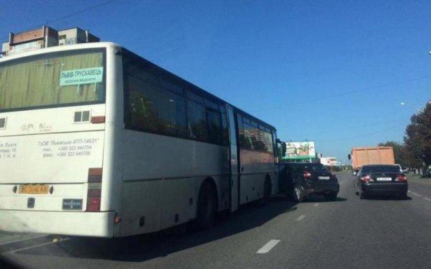 Поспішали до Порошенка: автобус з журналістами потрапив у аварію