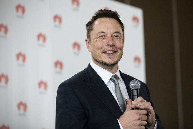 Как тебе такое, Илон Маск: блондинка попыталась заправить Tesla обычным бензином, что из этого получилось