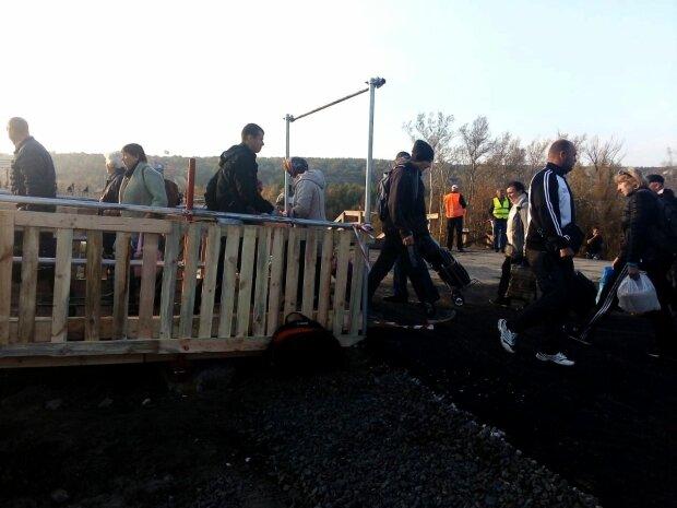 В Станиці Луганській запрацював тимчасовий міст в обхід: ремонтні роботи йдуть повним ходом