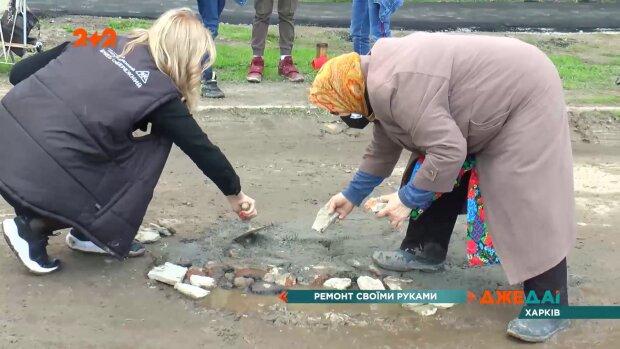 Харківська пенсіонерка ремонтує дорогу, скріншот відео