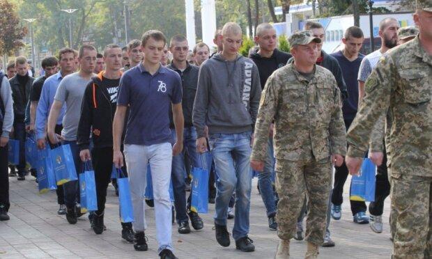 Осінній призов у Франківську в розпалі: скільки новобранців взули берці