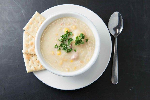 Густий суп з копченою рибою і кукурудзою: рецепт ситного обіду