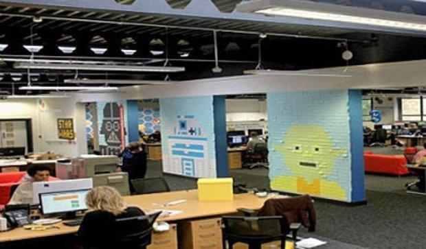 """Британці прикрасили офіс героями """"Зоряних війн"""" зі стікерів (фото)"""