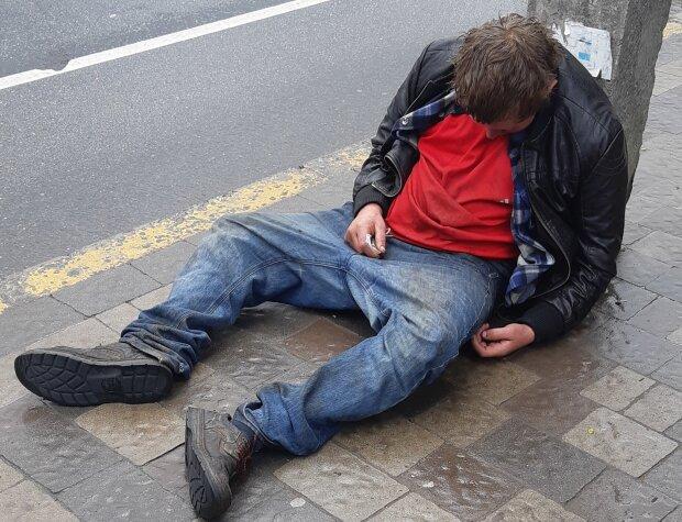 """Франківчан перелякав чоловік, що впав без пам'яті посеред вулиці - """"швидка, поспішай!"""""""
