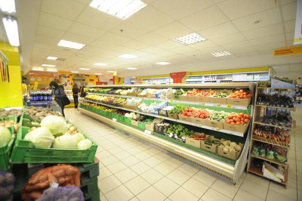 """Таргани влаштували """"гонки"""" в дніпровському супермаркеті, гидливим не дивитися: дикі кадри"""