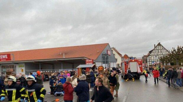 В Германии микроавтобус въехал в толпу, фото: Bild