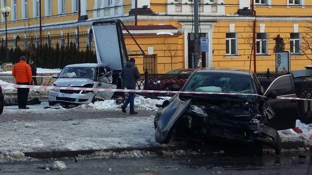 """У Києві сталася велика ДТП: чотири автомобіля зіграли в """"боулінг"""""""
